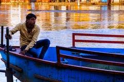 Ινδική συνεδρίαση λεμβούχων στη βάρκα του στοκ εικόνα