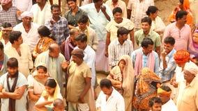 Ινδικοί λαοί με τα βιβλία στο χωριό απόθεμα βίντεο