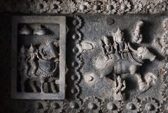 Ινδικοί Θεοί Siva και Parvati στο ανώτατο όριο του 12ου ναού Hoysaleswara αιώνα με τις φανταστικές γλυπτικές στοκ εικόνες