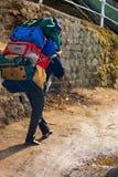 Ινδικός αχθοφόρος που φέρνει τη βαριά χειρωνακτική εργασία τσαντών στοκ φωτογραφίες με δικαίωμα ελεύθερης χρήσης