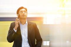 Ινδικός επιχειρηματίας στο τηλέφωνο στο σιδηροδρομικό σταθμό Στοκ Φωτογραφία