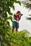 Ινδικός φωτογράφος που παίρνει τις εικόνες στο δάσος Στοκ Εικόνα