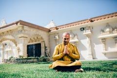 Ινδικός χαιρετισμός Namaste ατόμων Handsom σε χρυσό Kurta στο ναό Στοκ εικόνα με δικαίωμα ελεύθερης χρήσης