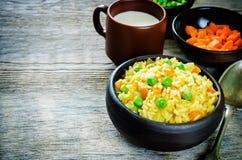 Ινδικός χορτοφάγος pilaf, Biriyani, με τα καρότα και τα πράσινα μπιζέλια Στοκ φωτογραφία με δικαίωμα ελεύθερης χρήσης