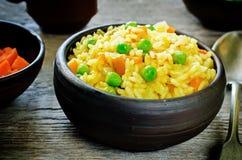Ινδικός χορτοφάγος pilaf, Biriyani, με τα καρότα και τα πράσινα μπιζέλια Στοκ Εικόνες