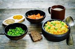 Ινδικός χορτοφάγος pilaf, Biriyani, με τα καρότα και τα πράσινα μπιζέλια Στοκ εικόνα με δικαίωμα ελεύθερης χρήσης