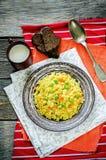 Ινδικός χορτοφάγος pilaf, Biriyani, με τα καρότα και τα πράσινα μπιζέλια Στοκ Φωτογραφίες