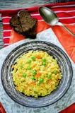 Ινδικός χορτοφάγος pilaf, Biriyani, με τα καρότα και τα πράσινα μπιζέλια Στοκ Εικόνα