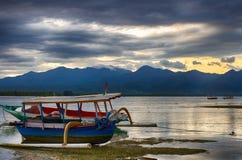Ινδικός Ωκεανός, χαμηλή παλίρροια, αλιευτικά σκάφη Αέρας της Ινδονησίας Gili Ξημερώματα, χαμηλή παλίρροια Στοκ Εικόνα