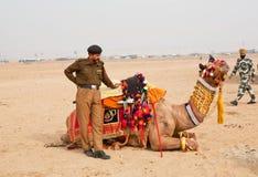 Ινδικό άτομο αστυνομίας που κρατά την καμήλα στο Rajasthan στοκ φωτογραφία με δικαίωμα ελεύθερης χρήσης