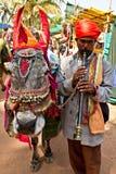 Ινδικό άτομο με το φλάουτο και γάιδαρος Στοκ φωτογραφία με δικαίωμα ελεύθερης χρήσης