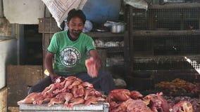 Ινδικό άτομο που τεμαχίζει το ζωικό κρέας στην αγορά σε Mumbai φιλμ μικρού μήκους