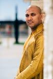 Ινδικό άτομο Handsom σε χρυσό Kurta στο ναό Στοκ Φωτογραφία