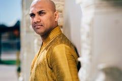 Ινδικό άτομο Handsom σε χρυσό Kurta στο ναό Στοκ φωτογραφία με δικαίωμα ελεύθερης χρήσης