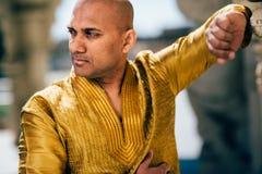 Ινδικό άτομο Handsom σε χρυσό Kurta στο ναό Στοκ Φωτογραφίες