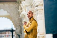 Ινδικό άτομο Handsom σε χρυσό Kurta στο ναό Στοκ εικόνα με δικαίωμα ελεύθερης χρήσης