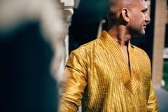 Ινδικό άτομο Handsom σε χρυσό Kurta στο ναό Στοκ φωτογραφίες με δικαίωμα ελεύθερης χρήσης