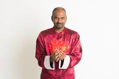 Ινδικό αρσενικό με τα κινεζικά νέα ενδύματα έτους Στοκ Εικόνα