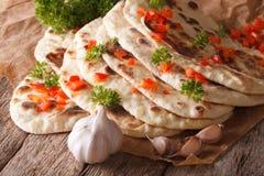 Ινδικό επίπεδο ψωμί Naan με το σκόρδο και την κινηματογράφηση σε πρώτο πλάνο χορταριών οριζόντιος Στοκ Εικόνες