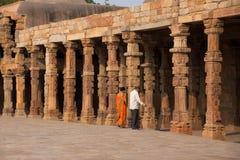 Ινδικό ζεύγος που περπατά μέσω του προαυλίου του mosqu quwwat-Ul-Ισλάμ Στοκ εικόνες με δικαίωμα ελεύθερης χρήσης