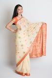 Ινδικό θηλυκό χαμόγελο και χέρι που παρουσιάζουν κάτι Στοκ φωτογραφία με δικαίωμα ελεύθερης χρήσης