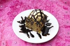 Ινδικό κέικ μελιού επιδορπίων με το παγωτό Στοκ Εικόνα