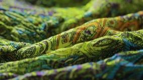 Ινδικό κλωστοϋφαντουργικό προϊόν με τη διακόσμηση Κινηματογράφηση σε πρώτο πλάνο ύφασμα που χρωματίζεται φιλμ μικρού μήκους