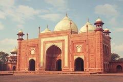 Ινδικό μουσουλμανικό τέμενος πλησίον με το παγκόσμιο ορόσημο Tajmahal Στοκ Εικόνες