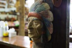 Ινδικό ξύλινο πρόσωπο στον ξύλινο τοίχο Στοκ φωτογραφία με δικαίωμα ελεύθερης χρήσης