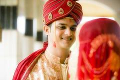 Ινδικό παραδοσιακό νέο ζευγάρι παντρεμένο Στοκ Εικόνες