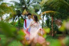 Ινδικό παραδοσιακό νέο ζεύγος Στοκ φωτογραφία με δικαίωμα ελεύθερης χρήσης