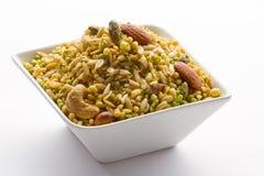 Ινδικό πρόχειρο φαγητό στο άσπρο κύπελλο που απομονώνεται. Στοκ Εικόνες