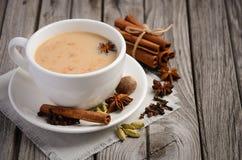 Ινδικό τσάι Masala Chai Καρυκευμένο τσάι με το γάλα Στοκ Εικόνες