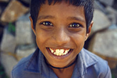 Ινδικό χαμόγελο αγοριών στο μπλε πουκάμισο - Karnataka Στοκ Εικόνες