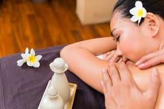 Ινδονησιακή ασιατική γυναίκα wellness spa στο μασάζ Στοκ φωτογραφίες με δικαίωμα ελεύθερης χρήσης