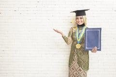 Ινδονησιακός βαθμολογημένος θηλυκό σπουδαστής που φορά τα παραδοσιακά ενδύματα Στοκ φωτογραφίες με δικαίωμα ελεύθερης χρήσης