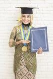 Ινδονησιακός βαθμολογημένος θηλυκό σπουδαστής στο παραδοσιακό smili ενδυμάτων Στοκ Φωτογραφίες