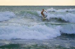 Ινδονησιακό surfer που κάνει σερφ σε Kuta στο Μπαλί Στοκ Εικόνα