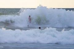 Ινδονησιακό surfer που κάνει σερφ σε Kuta στο Μπαλί Στοκ φωτογραφία με δικαίωμα ελεύθερης χρήσης