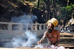 Ινδός μοναχός που δημιουργεί τον ιερό καπνό Στοκ Φωτογραφία