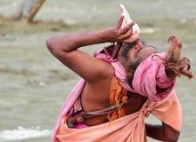 Ινδό sadhu (Άγιος) που φυσά conch Στοκ Εικόνα
