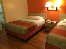 διορισμένο υπέροχα τοποθετώντας στο κρεβάτι λεπτό ξενοδοχείο εσωτερικό δωμάτιο στοκ φωτογραφίες με δικαίωμα ελεύθερης χρήσης
