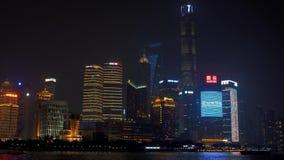 1 Ιουλίου 2018 Κίνα, Σαγκάη Άποψη νύχτας του ορίζοντα Lujiazui όπως βλέπει από το φράγμα, πέρα από τον ποταμό Huangpu, με φιλμ μικρού μήκους