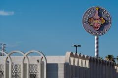 9 ΙΟΥΛΊΟΥ 2018 - ΛΑΣ ΒΈΓΚΑΣ, ΝΕΒΑΔΑ: Σημάδι και μερική φωτογραφία οικοδόμησης των δωματίων φέουδων ξενοδοχείων τσίρκων τσίρκων κα στοκ φωτογραφία με δικαίωμα ελεύθερης χρήσης