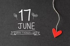 17 Ιουνίου ευτυχές μήνυμα ημέρας πατέρων με τις καρδιές εγγράφου Στοκ Φωτογραφία