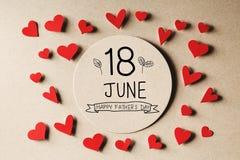 18 Ιουνίου ευτυχές μήνυμα ημέρας πατέρων με τις μικρές καρδιές Στοκ φωτογραφία με δικαίωμα ελεύθερης χρήσης
