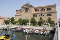 15 Ιουνίου 2017 ηλιόλουστη ημέρα σε Chioggia, την τουριστική εποχή, την εκκλησία, το λιμένα για τις μικρές βάρκες και το κανάλι,  Στοκ φωτογραφία με δικαίωμα ελεύθερης χρήσης