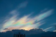 10 Ιουνίου 2015 - Μπανγκόκ, Ταϊλάνδη: Τεράστια ιριδίζοντα σύννεφα ανωτέρω Στοκ φωτογραφία με δικαίωμα ελεύθερης χρήσης