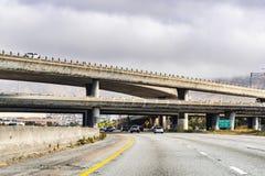 30 Ιουνίου 2019 νότιο Σαν Φρανσίσκο/ασβέστιο/ΗΠΑ - ανταλλαγή αυτοκινητόδρομων στην περιοχή κόλπων του Σαν Φρανσίσκο στοκ εικόνες με δικαίωμα ελεύθερης χρήσης