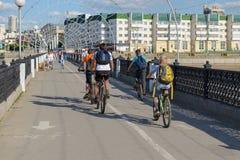 2 Ιουνίου 2016: τα αγόρια οδηγούν τα ποδήλατα σε μια γέφυρα για πεζούς στην πόλη Γ Στοκ Φωτογραφία
